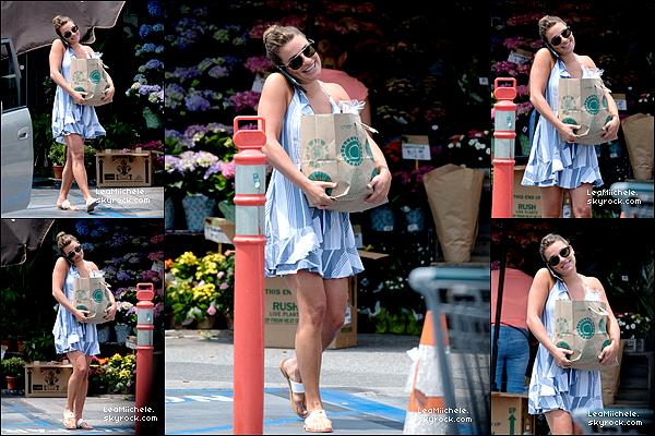 .  13/07/2017 : Lea faisant ses courses a Whole Foods.  La belle a été vue au téléphone après avoir fait des courses a Whole Foods a Brentwood. Concernant sa tenue : j'adore sa robe !!! Très simple mais vraiment très très jolie ! j'aime tellement ses chaussures ! C'est un sans faute pour moi.C'est un  TOP.[/font=Arial]    .