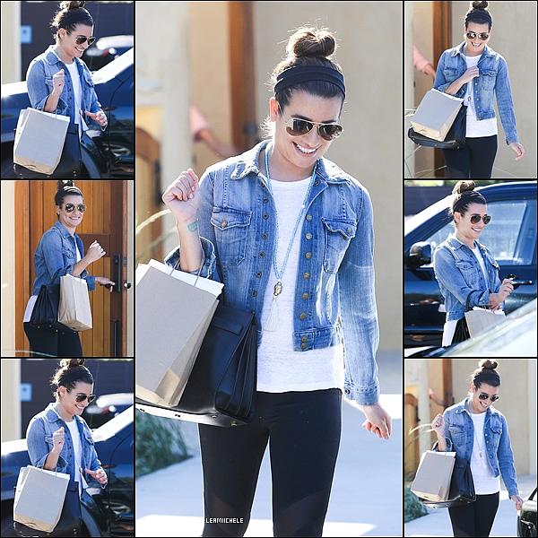 .  14/08/2014  : Lea a été vue en compagnie de Becca faisant des achats dans un magasin de meubles.    J'aime beaucoup sa combi short! Elle est très jolie  TOP.      [/font=Arial]    .