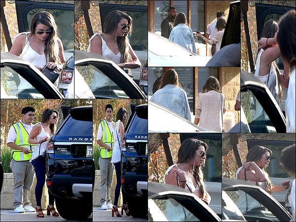 .  29/05/2017 : Lea a été vue  plusieurs fois dans la journée a Los Angeles et a Malibu .    Coté tenue : J'aime ses tenues !!! Elles sont vraiment très jolies! ce sont des  TOPS.[/font=Arial]    .