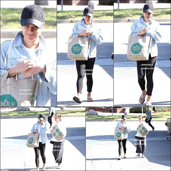 .  15/04/2017  : Lea   a été vue quittant Whole Foods avec sa mère.     Rien de bien spéciale a dire, tenue très simple mais j'aime sa veste en jeans.  [/font=Arial]    .