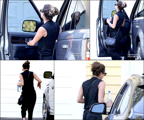 .  29/05/2014 : Lea a été vue avec sa mère Edith sortant d'un salon de manucure.  J'aime la robe de Lea! C'est un  TOP.[/font=Arial]    .