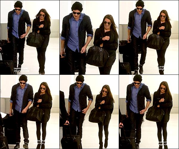 .  18/03/2013 : Lea et Cory ont étés vus arrivant a l'aéroport de LAX.   Ils sont si mignons tous les deux ! Toujours le sourire aux lèvres sa fait plaisir . J'aime beaucoup la tenue de Lea! Sombre mais très jolie! Et Cory est très élégant aussi ;) C'est un  TOP.[/font=Arial]    .
