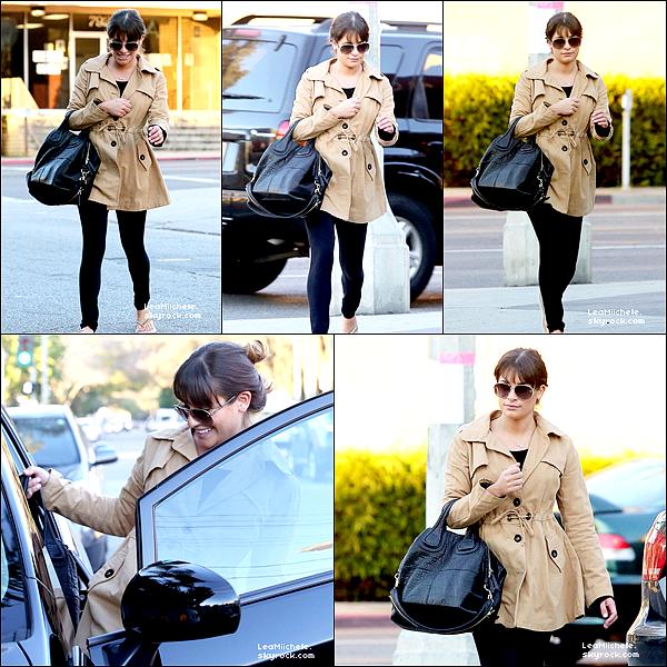 .  16/01/2013 : Lea a été vue seule dans  les rues de West Hollywood.  C'est une tenue très simple, mais j'adore son manteau !! C'est un  TOP.[/font=Arial]    .