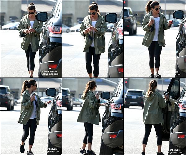 .  24/08/2017 : Lea a été vue seule dans Los Angeles allant dejeuner.  Lea est très jolie !! Tenue très simple mais j'aime assez ! j'aime beaucoup sa veste ! très jolie! C'est un  TOP.[/font=Arial]    .