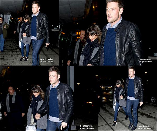.  08/03/2013 : Lea et Cory ont été vus a l'aéroport  JKF à New York.  J'adore la tenue de Lea !! Elle est trop belle ! j'aime sa veste .C'est un  TOP.[/font=Arial]    .
