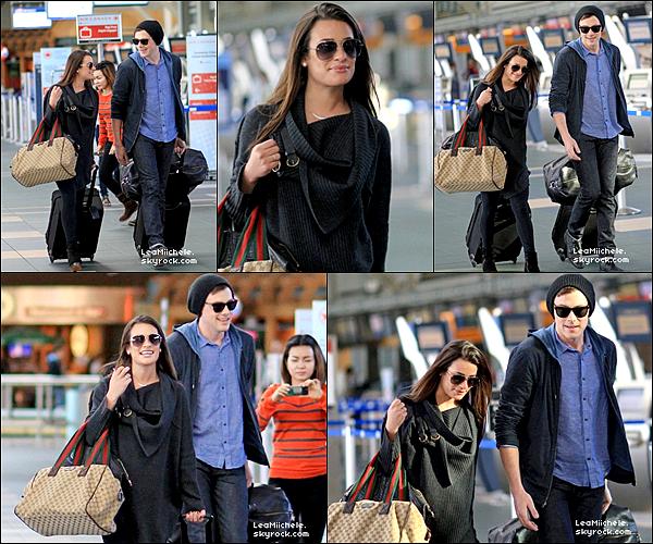 .  18/03/2013 : Lea et Cory ont été vus a l'aéroport de Vancouver.  Les tourtereaux prenaient l'avion pour retourner a Los Angeles. Coté tenue : Lea est sublime ! j'aime sa tenue de A a Z! C'est un  TOP.[/font=Arial]    .