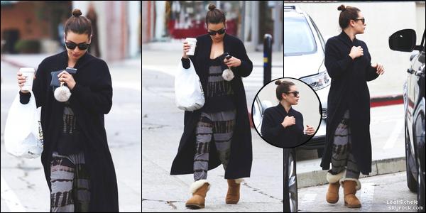 .  16/11/2017  ► Lea a été vue seule dans les rues de Brentwood.   Tenue vraiment très simple mais j'aime assez. J'adore ses bottes .C'est un TOP.[/font=Arial]    .