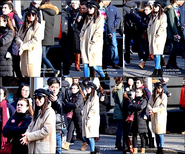 .  18/12/2017  ► Lea a été vue  en compagnie de sa mère Edith dans les rues de New York City.    J'aime beaucoup sa tenue, son manteau est très beau! simple mais jolie. C'est un TOP.[/font=Arial]    .