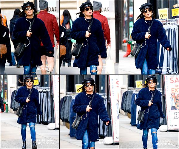 .  19/12/2017  ► Lea a été vue  en train de se balader dans les rues de New York City.    J'aime sa tenue, toujours très simple mais jolie.J'aime sa veste. C'est un TOP.[/font=Arial]    .