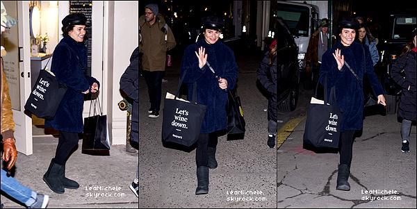 .  21/12/2017  ► Lea a été vue  a Soho en compagnie de sa mère Edith.    La belle a acheter les derniers cadeaux pour Noel. Sa tenue est simple mais jolie. J'aime ses bottes.C'est un TOP.[/font=Arial]    .
