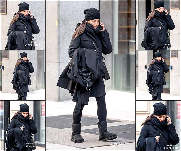 .  27/01/2018  ► Lea   a été vue seule, au téléphone, dans les rues de New York.    Tenue très simple pour Lea ! J'aime beaucoup ses bottes et son manteau  petit TOP.[/font=Arial]    .