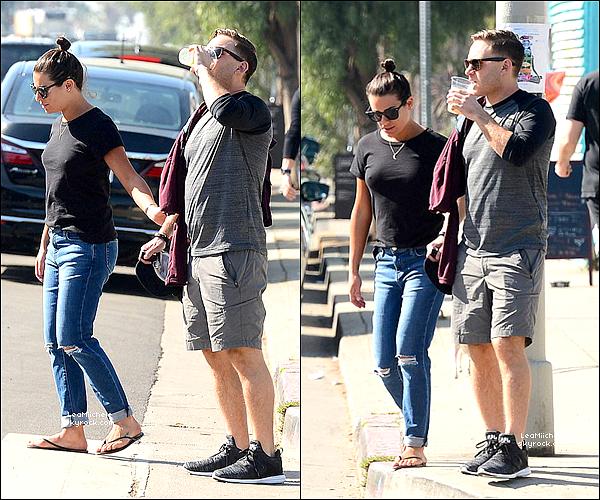 .  01/02/2018  ► Lea   a été vue avec Zandy dans les rues de Venice Beach.    T-Shirt et jean très simple pour Lea ! petit TOP.[/font=Arial]    .