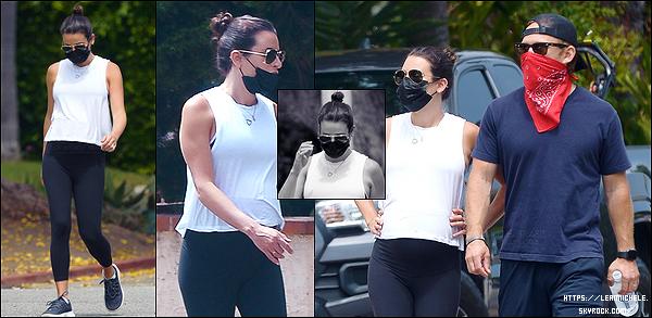 •••  CANDIDS   Lea été en compagnie de son époux Zandy dans Los Angeles, où ils se baladaient, le 26 mai 2020           Encore et toujours des balades. Je n'ai pas d'avis sur la tenue qui est confortable et basique. J'aime ses lunettes de soleil.
