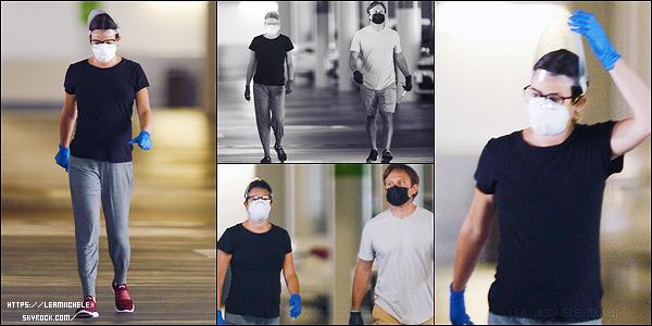 •••  CANDIDS   Lea et Zandy, protégés de la tête aux pieds, été de sortie dans Los Angeles, le 29 mai 2020            Encore une tenue basique pour la miss. J'aime bien son petit tee shirt noir tout simple et ses lunettes mais son pantalon est affreux.