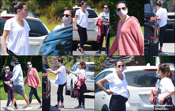 •••  CANDIDS  Lea a été photographiée se promenant avec Edith, sa maman, à Santa Monica, le 30 mai 2020             Petite sortie entre mère et fille mais aussi en compagnie de Zandy ! J'aime les pulls de Lea et de sa mère qui sont les mêmes hahaha.