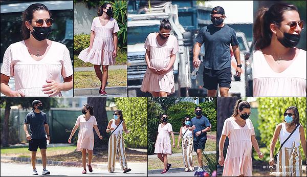 •••  CANDIDS   Lea été de sortie, une nouvelle fois,  dans Santa Monica  avec Edith et Zandy, le 06 juillet 2020            J'adore cette petite sortie toute charmnte. Lea est chou avec sa robe rose et ses lunettes de soleil. La queue de  cheval est jolie.
