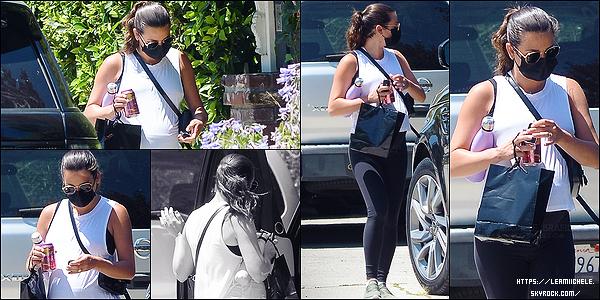 •••  CANDIDS   Lea a été photographiée portant son masque, dans les rues de Los Angeles, le 17 juillet 2020            Ce candids signe le retour des tenues de sport pour être à l'aise. Une fois pas d'avis sur un leggings noir et un haut blanc.