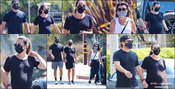 •••  CANDIDS   Lea, tout de noir vêtue, avec sa famille été dans les rues de Santa Monica, le 20 juillet 2020            J'aime ce candids, simple mais super efficace la petite robe noire. Elle été accordée à son mari. Sa mère n'était pas à son avantage.