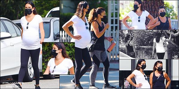 •••  CANDIDS   Nous retrouvons notre duo mère et fille se baladant dans Santa Monica, le 30 juillet 2020            Lea a vraiment du courage de marcher tous les jours avec la chaleur de ces derniers jours et sa grossesse avancée. Elle est superbe !