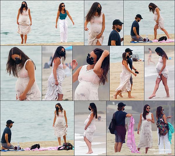 •••  CANDIDS   Lea et sa famille ont partagé une petite  journée à la plage dans Santa Monica, le 03 août 2020            Journée détente pour la miss, sa mère et son époux. Elle semble vivre ses derniers instants de femme enceinte, vous ne pensez pas ?