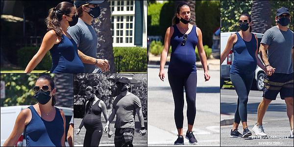•••  CANDIDS   L&Z ont été photographié pour leur balade quotidienne dans Santa Monica,  le 08/08/2020             Une énième balade en couple sous le soleil de LA. Comme d'hab c'est une tenue de sport mais cette fois-ci j'aime bien l'ensemble.