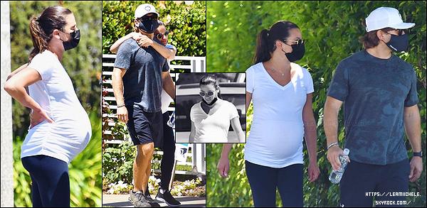 •••  CANDIDS   Le couple a été vu le lendemain pour une nouvelle sortie dans Santa Monica,  le 09/08/2020             Nous retrouvons la miss partageant un moment détente avec son époux. J'aime la photo où elle le tiens dans ses bras.