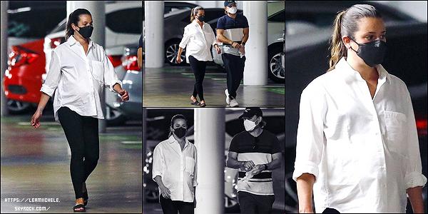 •••  CANDIDS   Les époux ont été photographié sortant d'un cabinet médical,dans Santa Monica, le 13 août 2020            C'est portant une chemise blanche à manches longues que nous retrouvons la miss qui à fait un check up. Pas d'avis pour la tenue.