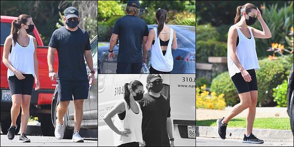 •••  CANDIDS   Lea et son époux, Zandy, ont été photographié marchant dans Brentwood, le 21 septembre 2020            02ème séance de sport depuis l'arrivée de son fils. Je n'ai pas d'avis à donner sur cette tenue noire et blanche très très basique.