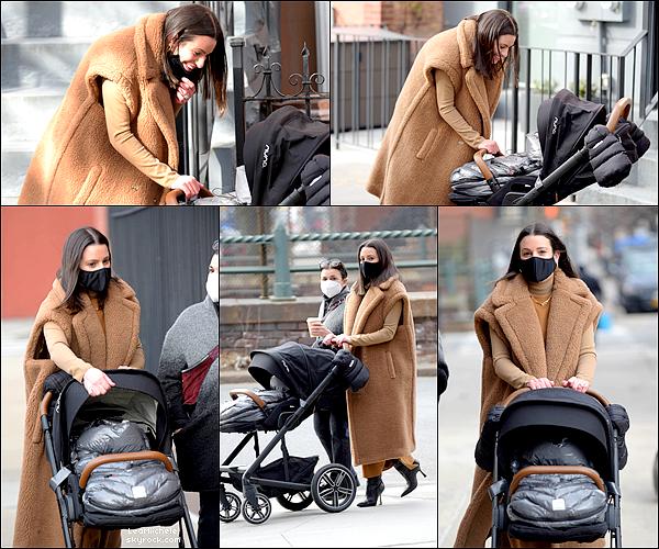 ⇢  06/03/2021     ••  Lea, Ever Leo et Edith ont été vus dans les rues de Brooklyn (New York). ♫       J'aime voir Lea avec sa maman ! Lea est tellement jolie et tellement adorable avec son fils!  TOP.[/font=Arial]    .