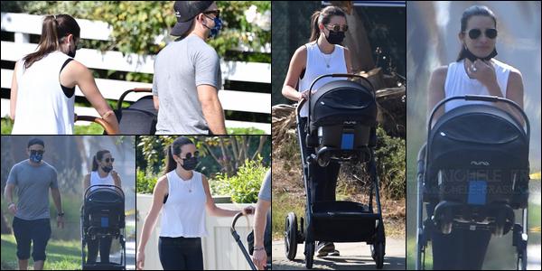 •••  CANDIDS   Lea, Zandy et leur fils Ever Leo été en balade dans Santa Monica, le 06 octobre 2020            C'est toujours un plaisir de les voir tous les trois ! ils sont tellement mignons ! Concernant la tenue de Lea, j'aime bien son haut .