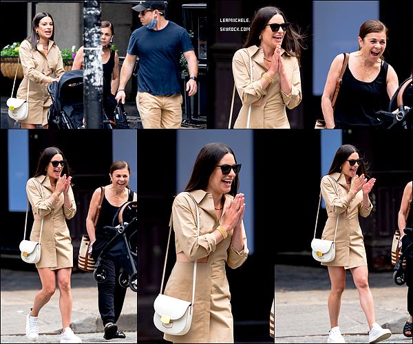 ⇢ ♬ ♪ ♫ _ CANDIDS_ ● Lea à été vue dans le quartier de Tribeca en famille, le 22/05/21 ♫  ⇣    ▲ Lea est juste magnifique ! J'adore sa tenue ! Superbe !  TOP▲[/font=Tahoma]   .