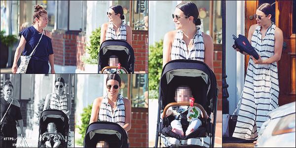 •••   CANDIDS :   Lea été dans les rues de New York avec sa mère et Ever Leo pour déjeuner, le 09 juin 2021           Lea a un si beau sourire je trouve ! En ce qui concerne sa tenue c'est basique j'aime mais sans plus. Superbes lunettes de soleil.