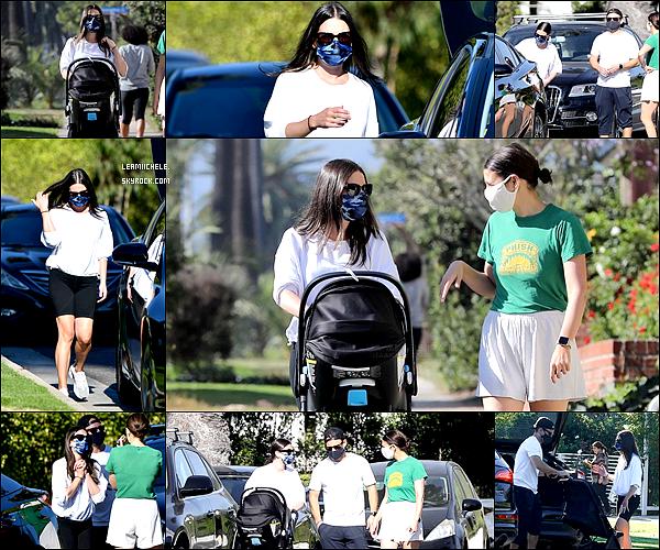 •••   CANDIDS :   Lea, Zandy et leur fils  Ever Leo ont été vus à Los Angeles, le 30 octobre 2020           Tenue de sport pour notre Lea, donc rien de bien spécial à dire! Tenue parfaite pour aller marcher! J'aime son haut blanc.