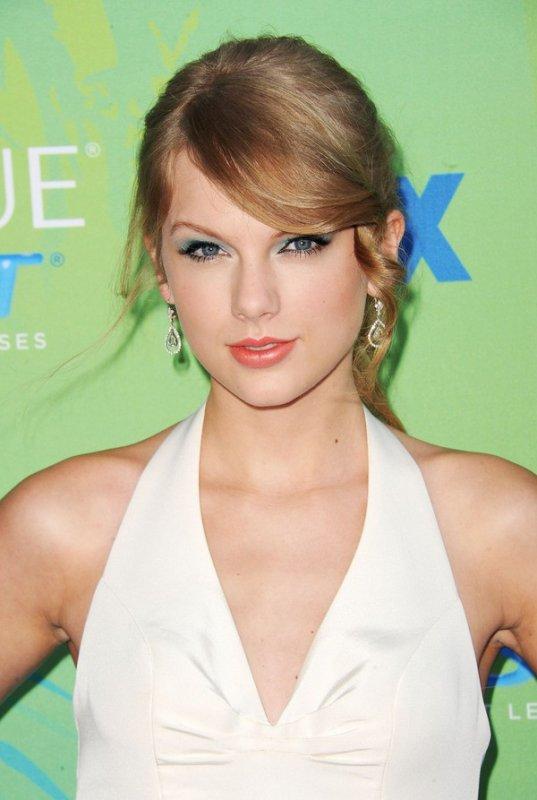 Taylor Swift ( 6èmes photos retouchées BY ME )