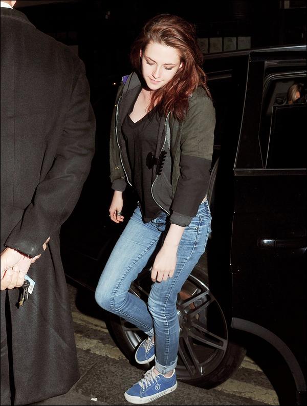 _  _______________Qui? Kristen Stewart_______________Quand?08/06/11________Catégorie?Candids  _____  _____» Kristen a été vue quittant un club de Londres hier soir. Regardez moi cette bouille parfaite :o Même en tenue plus que decontractée en mode Kristen-Stewart quoi, elle est magnifique ! Bon mon commentaire est peut-etre pas obkectif vu que j'adore j'aime j'admire cette fille mais bon..quand même quand je vois ce sourire :0 *-*. ♥     .  _