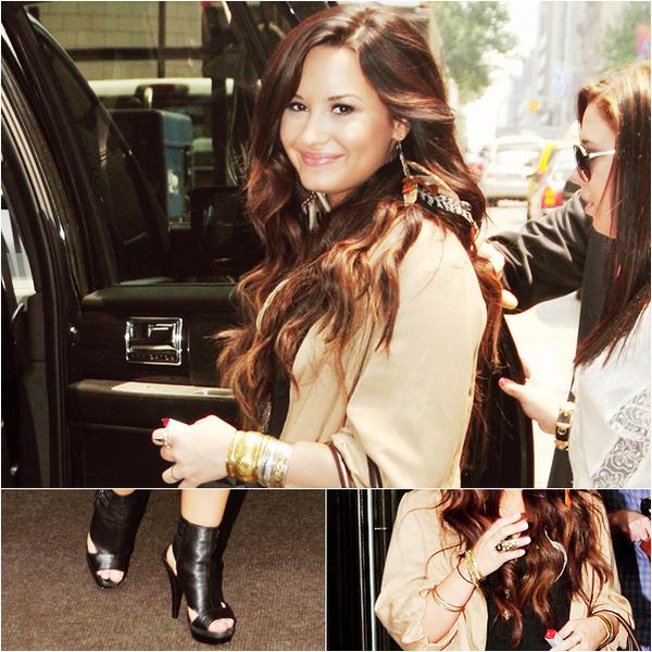 _  _______________Qui? Demi Lovato_______________Quand?09/06/11________Catégorie?Candids  _____  _____» La Lovato a été vue quittant un bureau dans Manhattan. Je kiff prononcé ce mot : ManHAttan. BREF. Je la trouve super jolie , même si sa tenue est un peu bizarre (c'est du Demi quoi, faut pas trop en demander non plus) moi j'aime bien enfin : ça lui va bien ;).     .  _