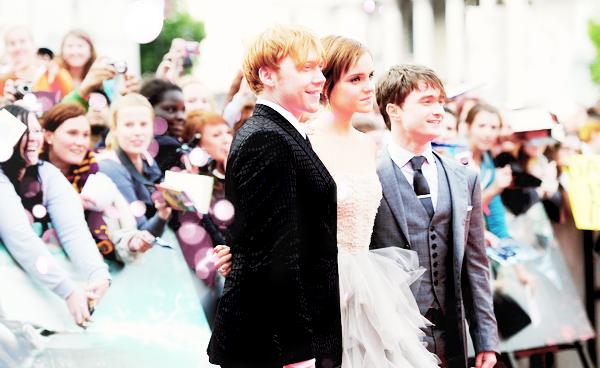 _  _______________Qui? Harry Potter_______________Quand?12/07/11________Catégorie?Film  _____  _____»  C'est l'évènement en ce moment, c'est obligez que vous en ayez entendu parler si vous vivez sur cette planète car oui..ne commencez pas a pleurer de suite..HP c'est fini. J'ai jamais vu autant de fan exprimer leur tristesse et tout, bon moi je suis pas super fan mais je sais que beaucoup ont grandi avec cette saga et voila c'est le dernier film qui sort en avant-premiere ce sort en France et demain dans toute les salles. La plupart ont déjà lu les livres et savent la fin mais pas moi haha, j'ai arrêté les livres au 4 ou au 5.. c'est l'affrontement final muahah! Je sais pas si vous avez regardé les vidéos de l'avant-premiere a Londres avec tous le cast et tout , moi je l'ai vu c'était trop triste j'ai failli pleurer (alors que je suis pas particulièrement fan hein, juste sensible aha ..et aussi j'aime bien beaucoup Emma (a)). Alors dites-moi tout, vous êtes fan vous ? :D Je sais que dans pas mal de cinéma c'est l'avant-premiere a minuit, vous y allez ? :D Moi j'y vais pas mais emportez les mouchoirs hein, je le sens :p  .  _