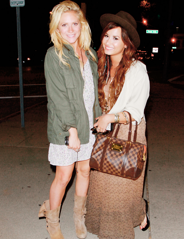 """_  _______________Qui? Demi Lovato_______________Quand?11/07/11________Catégorie?Candids/Clip  _____  _____» Le nouveu single qui signe le retour de la miss Lovato est sortie hier. Il s'intitule """"Skyscraper"""" et c'est une vraie réussite (pour ma part). Je ne suis toujours aps objective parce que je surkiff Demi Lovato plus que les autres Teens Disney, et encore plus depuis qu'elle a claquée la porte a sa série """"Sonny with a Chance"""" qui s'appelle plus comme ça maintenant d'ailleurs x) BREF. Son single est deja numero 1 sur Itunes, vous pouvez l'acheter ici . Pour fêter ça, Demi est sortie avec une de ses bonne amie la magnifique Britany Snow, qui est amie avec tout le monde d'ailleurs :o Vous avez pas remarquée..elle est pote mais avec TOUUS le monde #susu ! Bref elles étaient trop jolie, souriante et tout.. je les adore ces meufs ♥. Le but de l'article était aussi de vous faire découvrir le clip de """"Skyscraper"""" qui vient juste de sortir. Alors là je suis fan hihi *o*. Je sais pas, j'le trouve trop touchant, bon si on comprend pas un mot d'anglais ça doit moins le faire mais je sais pas, j'ai l'impression de la voir relacher tout se qu'elle a traversé ses derniers temps..en plus avec sa magnifique voix mmh ça donne un truc super beau et presque sans artifice (a). En gros j'adooore ♥.   .  _"""