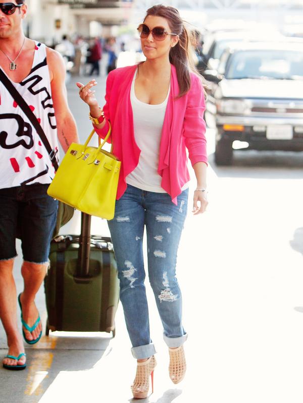 _  _______________Qui? Kim Kardashian_______________Quand?13/07/11________Catégorie?Candids/Clip  _____  _____» Non mais vous avez deja vu plus parfaite? non j'crois pas hein.. Kim a été vue a l'aéroport de LAX, se préparant a décoller héhé. J'suis folle de sa tenue, qui est assez simple j'avoue mais sur elle je sais pas ça fait quarante fois plus beau muhaha! Elle est maaagnifique ♥.  .  _