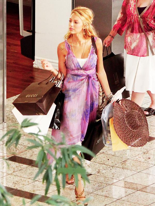 """_  _______________Qui? Blake Lively_______________Quand?25/07/11________Catégorie?Candids  _____  _____» La jolie Blake a été vu allant faire une petite séance de shopping pour son nouveau film """"Savages"""" dans Los Angeles. Elle tourne avec John Travolta et Salma Hayek (entre autre..) et le film sortira en Septembre 2012..autant vous dire que y'a le temps. ^^ Petit rappel : Blake sort toujours avec Leonardo DiCaprio héhé! ça dure ça duuure.. :p   .  _"""