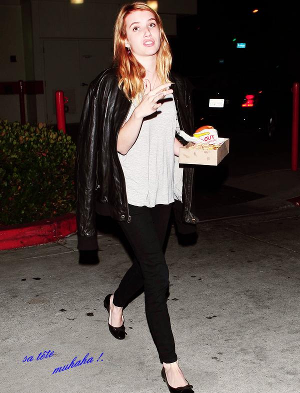 _  _______________Qui? Emma Roberts_______________Quand?27/07/11________Catégorie?Candids  _____  _____» Emma est sortie d'acheter un hamburger dans Hollywood. Elle a pris la mauvaise décision en sortant dehors avce tout les pap's sur elle alors qu'elle était en train de bouffer mon hamburger.. c'était pas trèès propre ahah xD. J'adore sa tête c'est énorme ahah xD. Sa tenue est bof, enfin elle est simple quoi (:  .  _