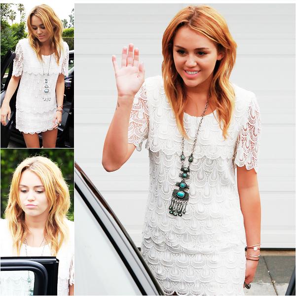 _  _______________Qui? Miley Cyrus_______________Quand?14/08/11________Catégorie?Candids  _____  _____»  Miley a été vu l'autre soir se rendant a une house party. House party? je cherche même pas savoir ce que c'est quoi xD. Surement une fête chez une amie..enfin c'est le truc le plus..normal qui me vient en tête.bref. Y'a même une vidéo si vous voulez la voir elle est super marrante (quand on comprend un peu l'anglais) en faite elle dis a un pap's qu'il peut la prendre en photo si il l'aide a mettre toute les affaires dans la voiture, et le mec le fais xD. La vidéo ici. Sa tenue c'est mon coup de coeur de la journée, même de la semaine quoi :O C'est trooop beau non? moi je veux juste la même robe, j'ai cherché partout mais y'a rien de comme ça chez moi -__-. Groos coup de coeur♥. Bon pour vous mettre un peu a la page j'vais vous raconter la derniere rumeur qui cours sur Miley. Apparemment  un hommage à Britney Spears de 8 minutes sera rendu au prochain Vidéos Music Awards , à l'ouverture du show par Miley Cyrus, Selena Gomez, Demi Lovato, Katy Perry Rihanna, Nicki Minaj et la Princesse de la Pop elle-même. On a même les détails, puisqu'il est annoncé que Miley chantera « I'm A Slave 4 U », et « 3″ avec Demi et Selena. Là vous vous dites que c'est trop trop biiiiiiien et tout mais c'est qu'une rumeur y'a encore rien d'officiel malheureusement :/ Mais si c'est vrai moi je pèèète un cable c'est troooop trop bien non? j'aimerais bien voir/entendre ça :p.   .  _