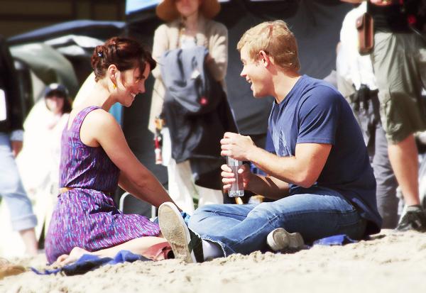 """_  _______________Qui? Jessica Stroup_______________Quand?17/08/11________Catégorie?Set  _____  _____» La belle a été vue sur la plage """"Venice Beach"""" , ou devrais-je plutot dire sur le set de la série 90210 aha! Et ouais, sympa leur studio eux hein! :p Bref. C'est loin d'être les vacances pour elle, bah oui c'est son travail de s'assoir sur une plage en face d'un pure Bg et de dire des phrases. J'veux faire ce métieeeeer euuuh :(. En plus c'est pas comme si elle devait porter des trucs horrible hein, non non, c'est 90210 donc c'est des tenue trop trop belle comme la magnifique robe qu'elle porte : j'adore *-* . J'la trouve rayonnante cette fille :o ♥.  .  _"""