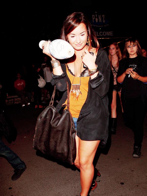"""_  _______________Qui? Demi Lovato_______________Quand?19-20/08/11________Catégorie?Candids  _____  _____» Ca y est, Demi a 19 ans. :DD Et là vous vous dites : Et ouais, seulement 19 ans.. Mais faisons un petit retour en arrière le 19 Aout. Demi n'avais encore que 18 ans alalaa..et elle a été aperçue sortant d'un bowling ou elle a du commencer a fêter son anniversaire avec ses potes. On peut voir qu'elle essaie de se cacher avec une quille de bowling, dédicacer par ses amies (c'est trooop chouuuuuuuuuu hihi). ça c'est la classe quoi. Bon après si vous êtes comme moi et que vous avez des super yeux qui voient tous (et seulement si vous avez ça hein, parce que c'est ultra discret quand même) vous pouvez voir quasiment la moitié de son soutiens gorge, ce qui donne une allure super classe a cette tenue qui veut a peine dire """"je vais faire les trottoirs rejoins moi salut"""". A peine quoi. Bon sinon vous pouvez aussi voir qu'elle a des ongles super chelou..limite sorcière c'est trop moche -__-. Son short est pas du tout short hein, pas du tout. Bon en gros j'aime juste les chaussures (*-*) et son collier :p. Le lendemain soir c'était sa fête d'anniversaire et on a eu le droit a quelques photos sympa ahha! j'adore sa robe pour le coup elle en a pas trop fait :p. Son gâteau est juste trop beau, en plus y'a même une photo d'elle dessus quoi..moi j'ai jamais ça hein :O bref. ça devait être sympa ;). Et un peu plus tot dans la journée, Demi s'est rendu au mariage de l'année (quoi que le mariage princier..) enfin un des mariage de l'année quoi : celui de Kim Kardashian et..de son mec xD. (ouais je sais, original le truc ^^. c'est juste que je sais pas son prénom, au pire il sera jamais connu donc on s'en fou. :p) Le truc c'était juste trooop trop beau quoi :O Alors si je viens de lire que son mec c'était un basketteur américain nommé Kris Humphries. Salutation a lui! bref ouais le mariage était trooop trop beau, Kim était sublime, y'avais genre plein de pap's et niveau invitée on"""