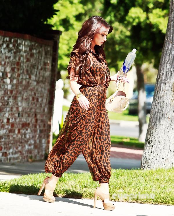 """_  _______________Qui? Jennifer Love Hewitt_______________Quand?22/08/11________Catégorie?Candids  _____  _____» La belle actrice Jennifer a été vu quittant sa maison dans Toluca Lake hier midi. Ce candids n'a rien d'extremement passionnant (ouais d'ailleurs comme 50% des candids de ce monde..) mais je suis tombée sous le charme de sa tenue trop trop trop joooolie, de ces magnifiques cheveux (on dirait qu'elle sort direct du coiffeur quoi :O) de ces trop trop belle chaussures..enfin de tout quoi *o*. J'aadoore! Et puis (vous avez surement du en entendre parler) le clip des One Direction (groupe de pure beau goss qui ont fait X-Factor en Angleterre l'année dernière) vient de sortir. Déjà que j'adore la chanson, mais avec leur tête dessus c'est 10 fois mieux quoi xD. Je sais pas si j'aime le clip parce qu'il est en rapport avec les paroles (merci Dieu), parce que c'est sur la plage (déserte) et que du coup c'est trop beau ou parce qu'ils sont tous super beau, bien habillé, bien coiffés et qu'ils me chantent que je suis """"Beautifuuuuuul""""..ouais je sais pas :p. Mais en tout cas j'aaaime♥.   .  _"""