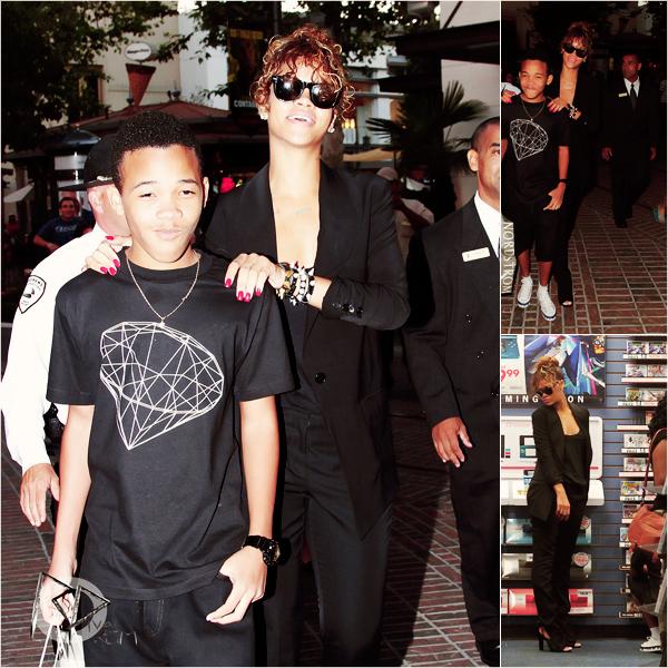_  _______________Qui? Rihanna_______________Quand?03/09/11________Catégorie?Candids  _____  _____» La Diva Riri a été vue s'offrant une petite journée shopping avec son plus jeune frère Rajad. Quel famille de beau goss vous jure *O*. Cette tenue est un Top! Franchement ça irait pas a tout le monde ce look un peu tenue de bureau, tout en noir comme ça, mais sur elle ça fait tellement classe :O. En plus avec les bijoux, les ongles flashy, les lunettes qui cassent le coté classique c'est..waouuw! ♥ Et franchement je donne pas ce compliment a tout le monde aujourd'hui hein X). Explication : je faisais mes recherche du jour pour mon nouvel article, comme d'hab' en faite, et je voyais que des trucs bof ou inintéressant..et plus je fouillais, plus je trouvais des choses horrible xD. Je vous ai donc fait mon top 4 (ouais c'ets nouveau c'est pas Top 5 ou Top 50 etc..moi je fais dans l'originalité les amis héhé! :p) des piiiiiiire look que j'ai trouvée et ça juste dans la journée d'hier hein xD. Okk c'est des stars mais ça veut pas dire qu'elles peuvent tous porter et nous on accepte..naaah nah du tout, ça marche pas comme ça chez onemoregames heeein! allez lâchez-vous muahha!    .  _