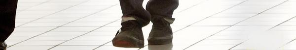 """_  _______________Qui? Robert Pattinson_______________Quand?21/10/11________Catégorie?Candids  _____  _____» Non mais c'est qui ce MONSTRE ?! :O Haha non mais c'est une blague je crois..(si c'est pas pour un film je me tue xD). bref. Le zombie qui a pris le nom et le corps de Rob Pattinson a été vue a l'aéroport de LAX hier. Ahh c'est pas pour un film? Vous êtes sure? ah.. PAAN! Non mais Robi écoute nous, d'accord dans quelques semaines tu vas devoir être tout beau tout propre tout rasé (surtout) pour la promo de Twilight, on sait que t'a pas l'habitude d'être propre sur toi d'accord..mais là tu pousses le bouchon un peu troop loin Robi! C'est pas le dégaine d'un beau goss ça, on dirait un homme préhistorique xD. Kristen ou es-tu ;( ? Bon oui okk pour le Avant/Après j'ai pris une photo d'un shoot contre celle d'un candids, mais on voit bien la différence quoi : Robi, amour de notre bie VS Robert *le bon gros roi Dagobert a oublier le passage salle de bain depuis 1 mois* (oui il faut le dire tout vite si on veut que ça rentre dans le rythme de la chanson hiii  :3). Et moi je trouve ça choquant d'aucune personne de l'aéroport se jette sur lui pour lui arracher ses lunettes dégueulasse..moi je l'aurais fait direct hein! là c'est pas possible, NO WAY xD. Allez on oublie le Robert maintenant : j'vous ai mis le dernier clip de Rihanna """"We found Love"""". Bizarrement le mec du clip fait (carrement) penser a Chris Brown..bizarrement les paroles de la chanson font aussi penser a Chris Brown..quel coïncidence *hm hmm*. Franchement j'adore ce clip c'est un de ces meilleurs clip *0* ♥.  .  _"""