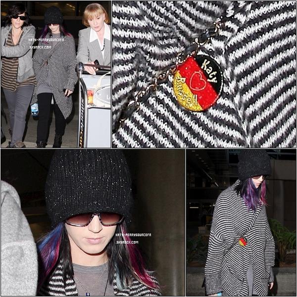 """. 10/09/10 Katy arrivant  l'aéroport de """"LAX"""" à Los Angeles.   ."""