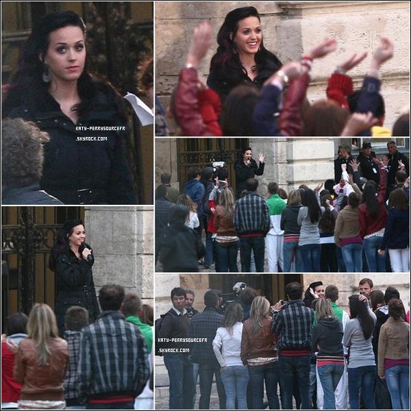 """. 28/09/10 Katy sur le set du clip de son prochain single """" Firework"""" à Budapest ( Hongrie).   ."""