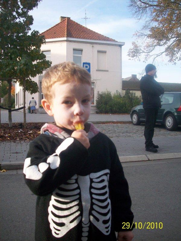 mon petit frere Ethan pour halloween a l 'ecole